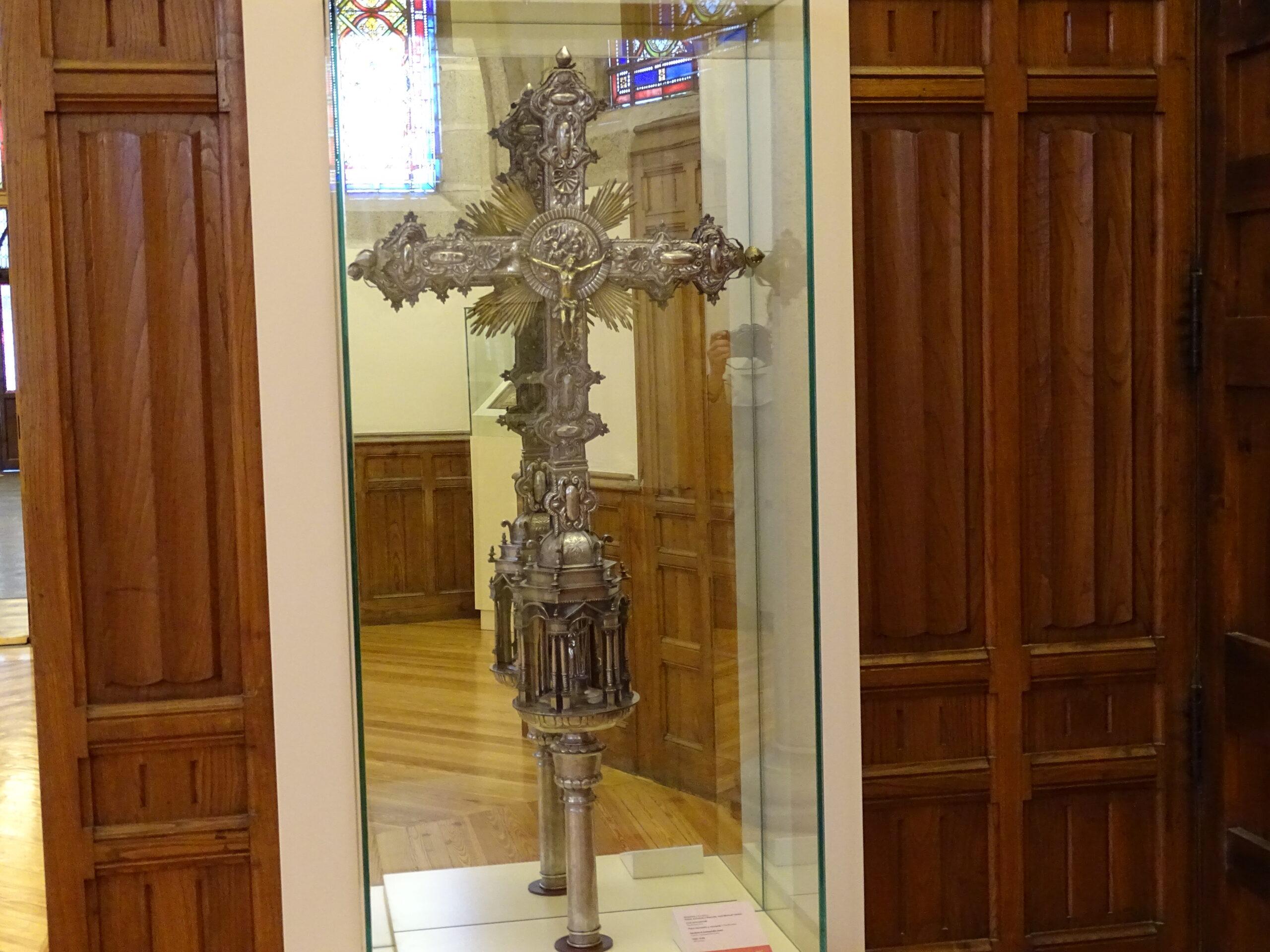 Imagen post Cruz procesional de Santiago Millas Palacio de Gaudí